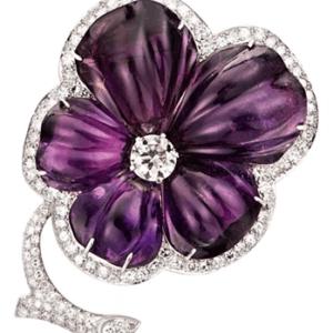 brosh-cvetok-iz-pjati-ogranennyh-ametistov